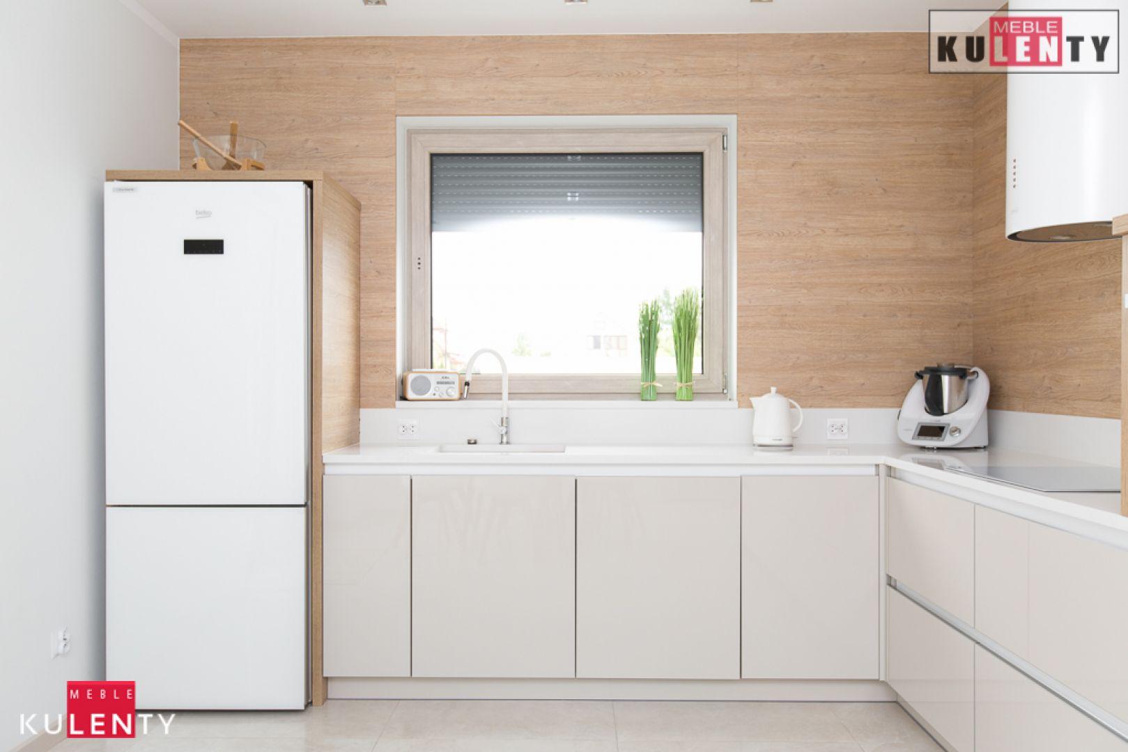 Biała lodówka w kuchni y0DC