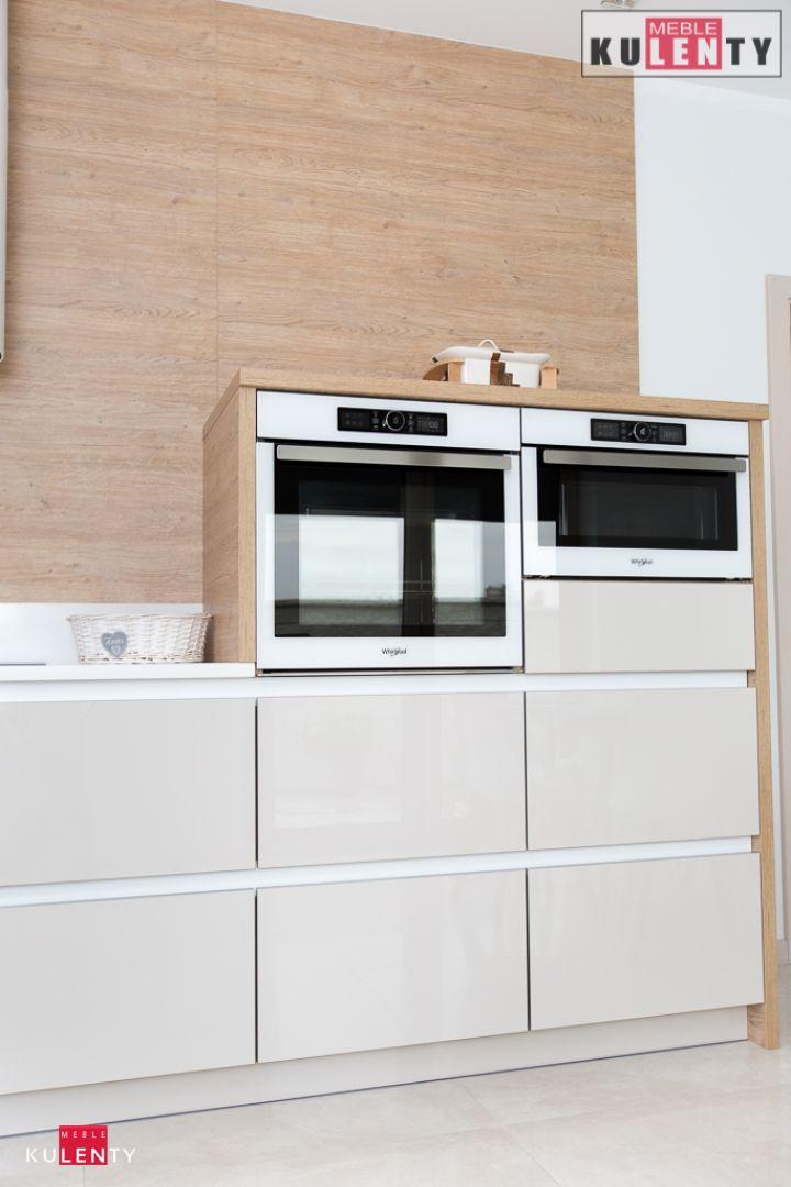 Białe uchwyty w kuchni Wlo6