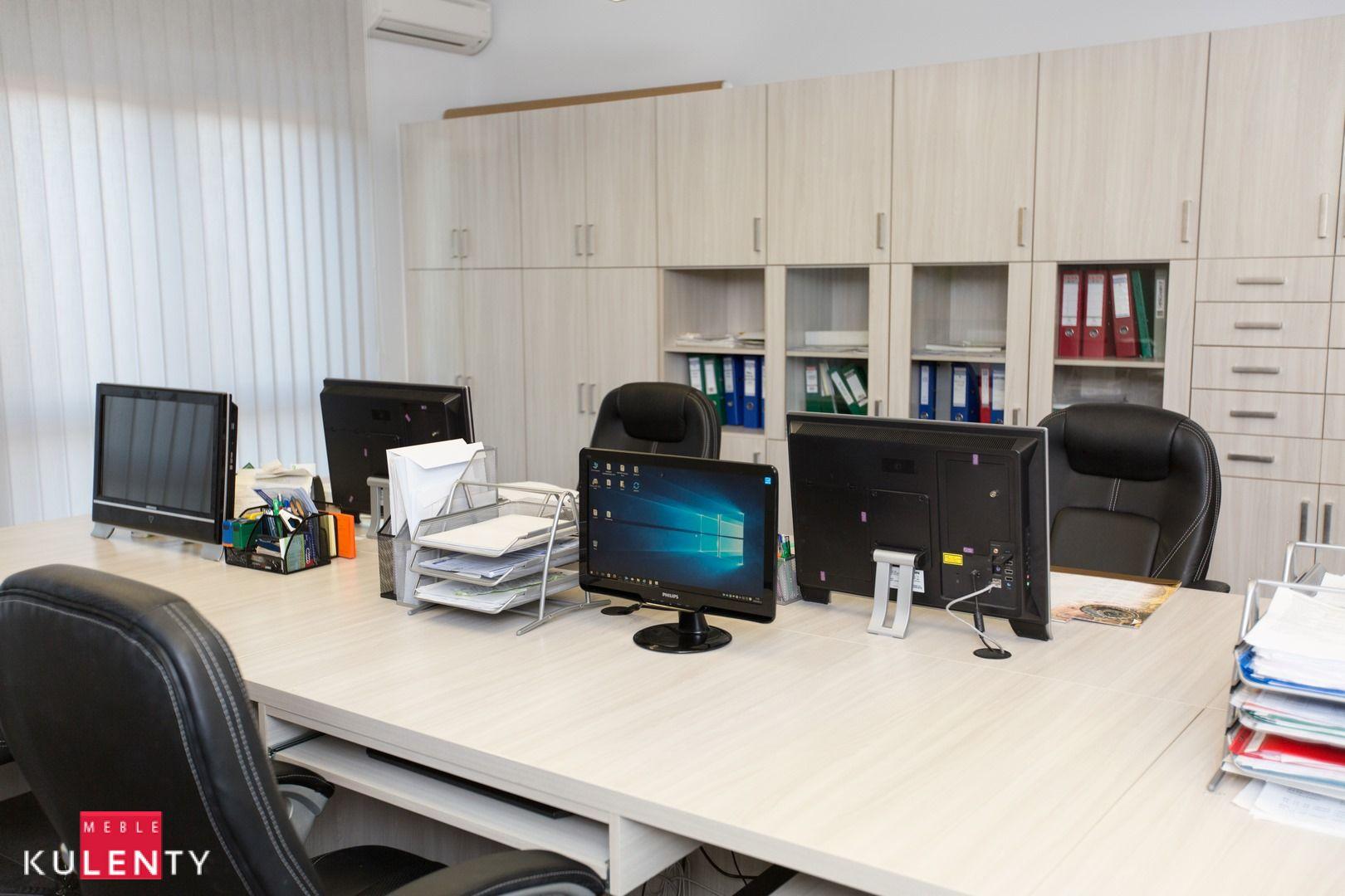 Biuro w jasnym drewnie
