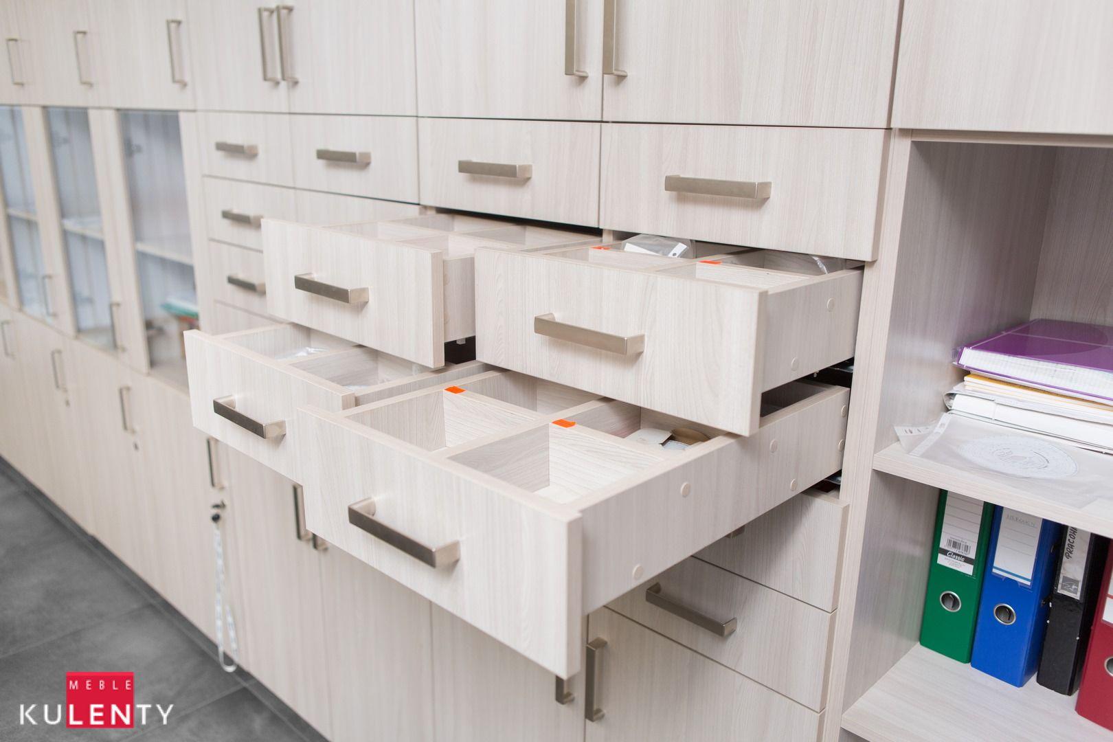 Drewniana duza szafa z licznymi szufladami