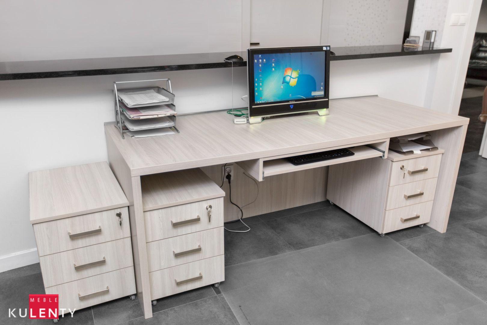 Jasne drewno w biurze